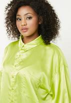Missguided - Curve double pocket oversized satin shirt - green