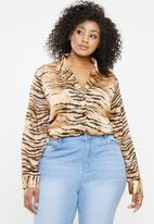 Missguided - Curve tiger print shirt - brown