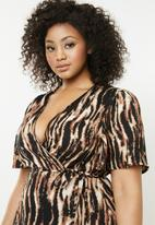 Missguided - Curve tiger print maxi dress - brown