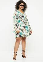 Missguided - Curve satin flared sleeve mini dress - multi