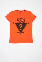 GUESS - Short sleeve Guess denim triangle tee - orange