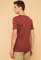 Superbalist - Plain V-neck short sleeve tee - burgundy