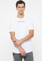 Under Armour - UA shaped graphic tee - white