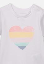 Cotton On - Jamie short sleeve rainbow heart tee - white