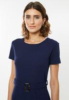 edit - Fitted dress with tie belt - navy