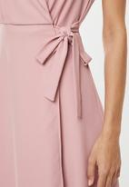 edit - Sleeveless wrap dress with collar - pink