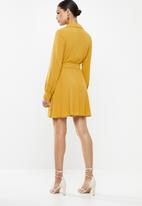 Missguided - Tie belt skater dress - yellow