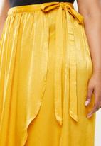 Missguided - Hammered satin tie side slit maxi skirt - yellow