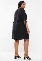 Superbalist - Sleeve detail shift dress - black