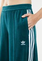 adidas Originals - Lifestyle velvet trackpants - blue