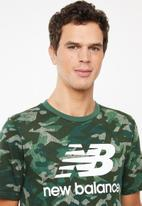 New Balance  - Essentials stacked logo tee - green