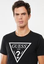 GUESS - Guess triangle tee - black