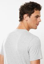 GUESS - Guess triangle tee - grey