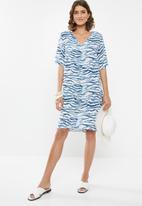 edit - Wide sleeve shift dress - blue & white