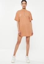 Missguided - Oversized zip T-shirt dress - tan