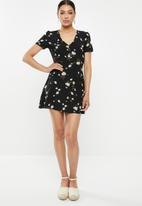 Missguided - Button through skater dress floral - black