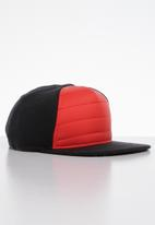 Nike - Nike advance quilted cap - black & red