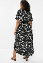 Missguided - Curve floral dip hem dress - black & white