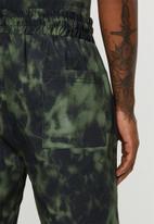 Superbalist - Tie-dye printed elastic volume shorts - green