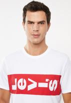 Levi's® - Graphic short sleeve tee  - white & red
