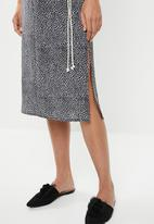 edit - Sleeveless slip dress with belt - black & white