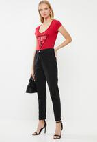GUESS - Short sleeve bling logo V-neck tee - red