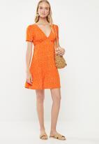 Cotton On - Woven dotti deep v puff sleeve mini - orange