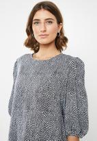 edit - Boxy blouse round neck - black & white