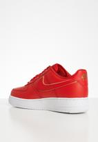 Nike - Air Force 1 '07 essential - gym red / white-metallic gold