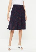 Jacqueline de Yong - Layla midi skirt - navy & red