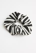 Superbalist - Zebra print scrunchie - black & white