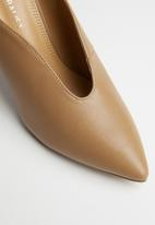 Superbalist - V-vamp stiletto court - beige