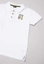 GUESS - Short sleeve Guess 81 camo polo - white