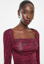 Superbalist - Square neck rouged dress - red & black