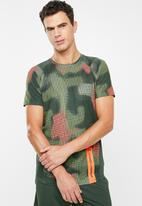 Under Armour - Mk1 short sleeve printed tee - green & red