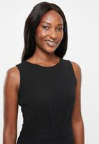 edit - Sleeveless dress with pleats - black