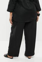AMANDA LAIRD CHERRY - Plus size Nokuzola linen pants - black