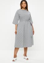 AMANDA LAIRD CHERRY - Plus high waisted pleat maxi dress - black & white