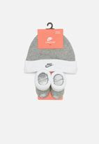 Nike - Futura hat and bootie - grey
