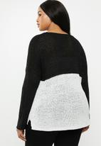 Carmakoma - Oyster v-neck long sleeve pullover - black & beige