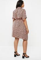 New Look - Curves drawcord elma print dress - pink & black