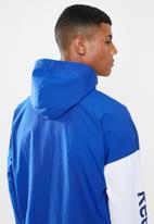 Reebok - Training essentials linear logo windbreaker - blue & white