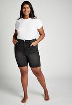 Cotton On - Curve bermuda denim shorts - revival black