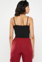 Missguided - Lace trim jersey crop cami - black
