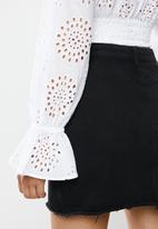 Missguided - Broderie anglais lace up crop top - white