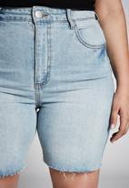 Cotton On - Curve bermuda denim shorts - blue