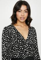 Missguided - Spot cup detail button front balloon sleeve top - black & white