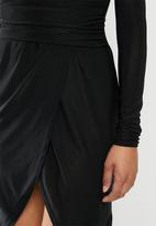 Missguided - Slinky plunge wrap belt detail midi dress - black