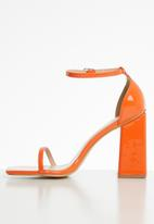 Public Desire - Anna barley there block heel - orange