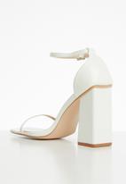Public Desire - Anna barley there block heel - white